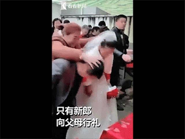 Bất ngờ bị vị khách vô duyên dúi đầu xuống trong lễ cưới, cô dâu òa khóc đòi bỏ về