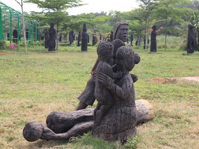 Du khách thích thú bên tượng gỗ phồn thực ở Hà Nội