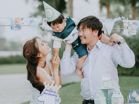 """Con trai Khánh Hiền """"Tôi thấy hoa vàng trên cỏ xanh"""" cười hết nấc trong tiệc thôi nôi ngoài trời"""