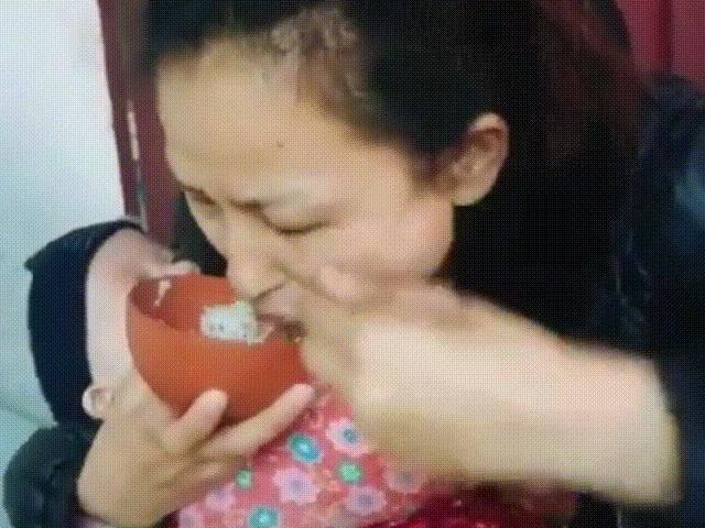 Cảnh mẹ ăn vội bát cơm để dỗ con sơ sinh trong lòng, 100% các mẹ thấy mình trong đó
