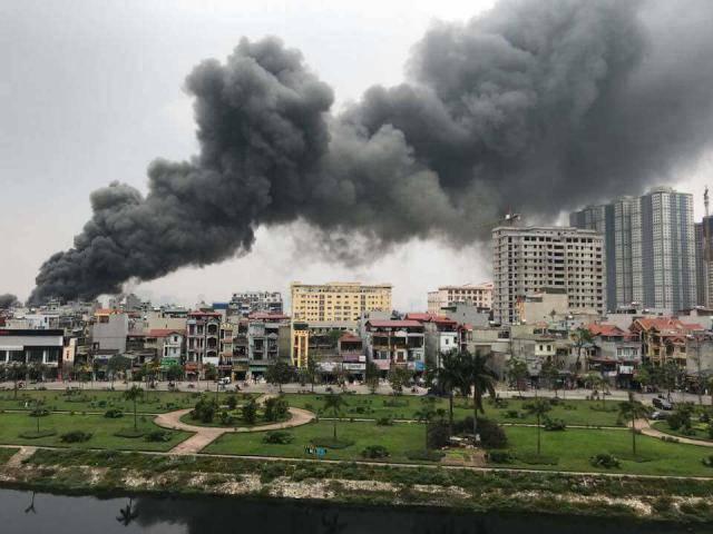 Hà Nội: Cháy lớn ở chợ Quang, cột khói đen bốc cao hàng trăm mét