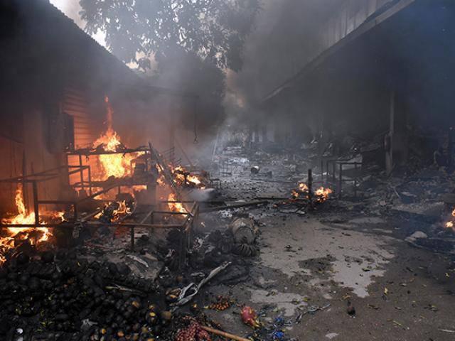 Clip: Khói lửa nuốt chửng cả khu chợ ở Hà Nội