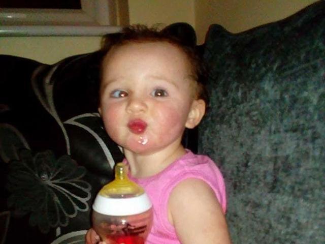 Trời nóng, mẹ đưa con gái 2 tuổi ngồi gần cửa sổ cho mát nào ngờ khiến con chết thảm