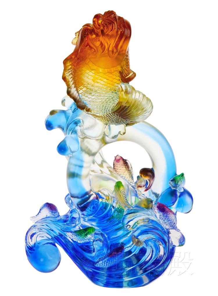 Theo quan niệm phương Đông, cá Chép tượng trưng cho sức khỏe và tài lộc. Trong đường quan lộ, cá Chép là biểu tượng của sự thăng tiến, công danh.