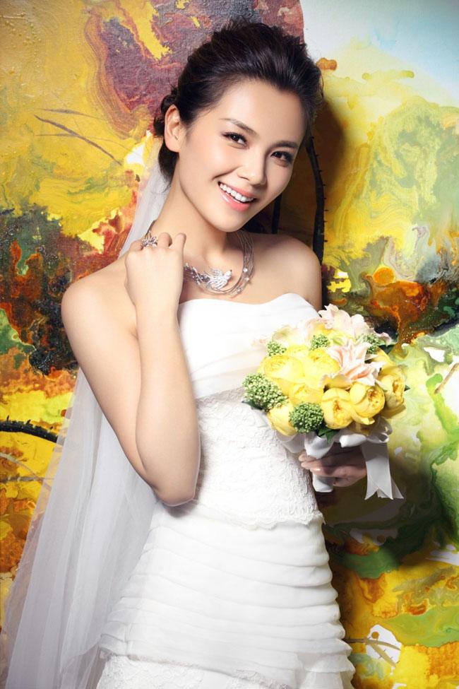 Dù là gái 2 con, nhưng Lưu Đào vẫn vô cùng xinh đẹp khi khoác lên mình chiếc áo cô dâu tinh khôi