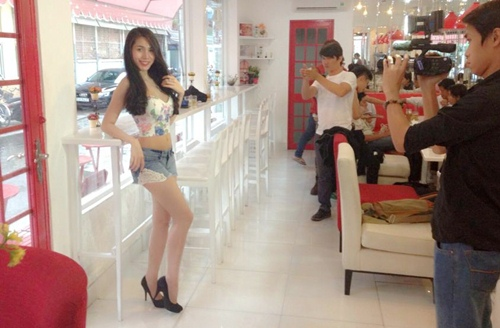 """thuy tien khoe """"eo be, chan thon"""" cuc nuot - 2"""