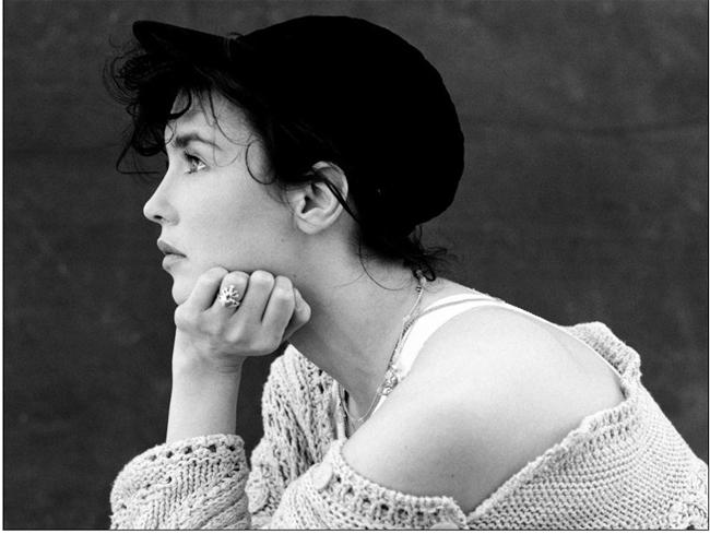 Isabelle Adjani Yasmine (sinh ngày 27 tháng 6 năm 1955) là một nữ diễn viên điện ảnh và ca sĩ Pháp. Adjani đã xuất hiện trong 30 bộ phim từ năm 1970. Cô giữ kỷ lục cho các giải César cho Nữ diễn viên xuất sắc nhất năm, với 5 giải, từng 2 lần đề cử giải Oscar. Thời trẻ, Isabelle là một mỹ nhân với những đường nét quyến rũ trên khuôn mặt.