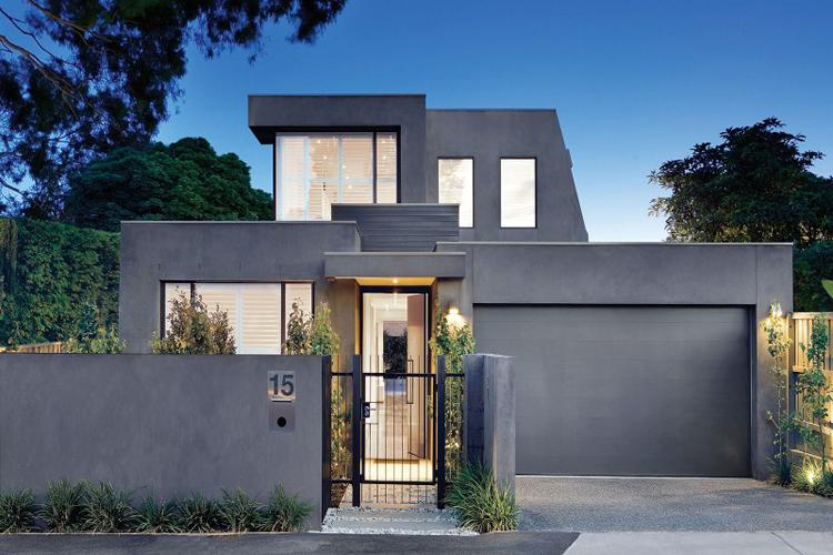 Nếu tình cờ đi ngang qua ngôi nhà này, hẳn bạn sẽ chẳng thèm ngoái lại nhìn, vì mặt tiền của nó không có gì đặc biệt, chỉ có một màu xám xịt u ám.