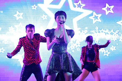 "tra my idol khoe nguc day ben ""phi hanh gia"" - 6"