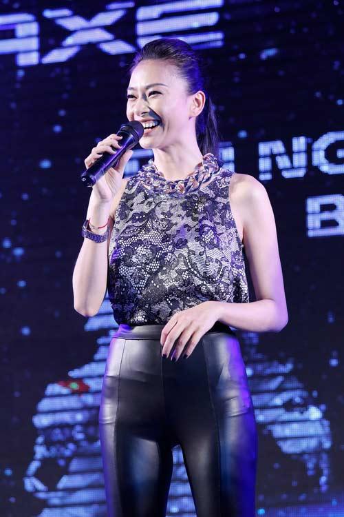 "tra my idol khoe nguc day ben ""phi hanh gia"" - 5"