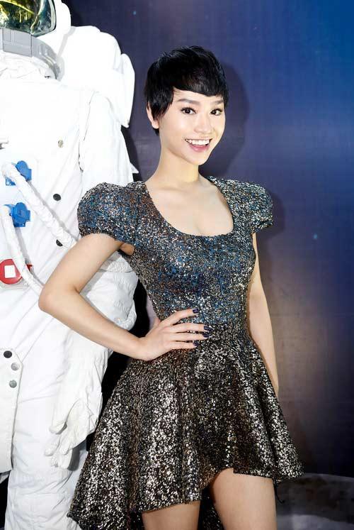 "tra my idol khoe nguc day ben ""phi hanh gia"" - 3"