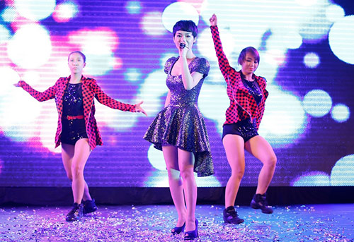 "tra my idol khoe nguc day ben ""phi hanh gia"" - 9"