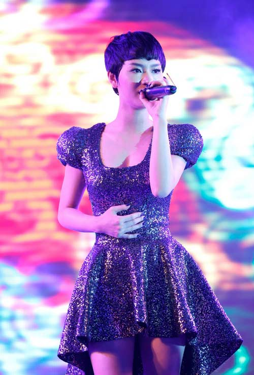"tra my idol khoe nguc day ben ""phi hanh gia"" - 7"