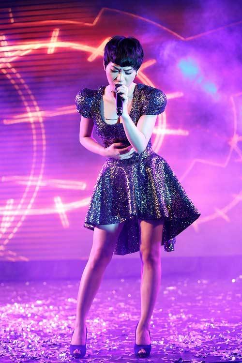 "tra my idol khoe nguc day ben ""phi hanh gia"" - 8"