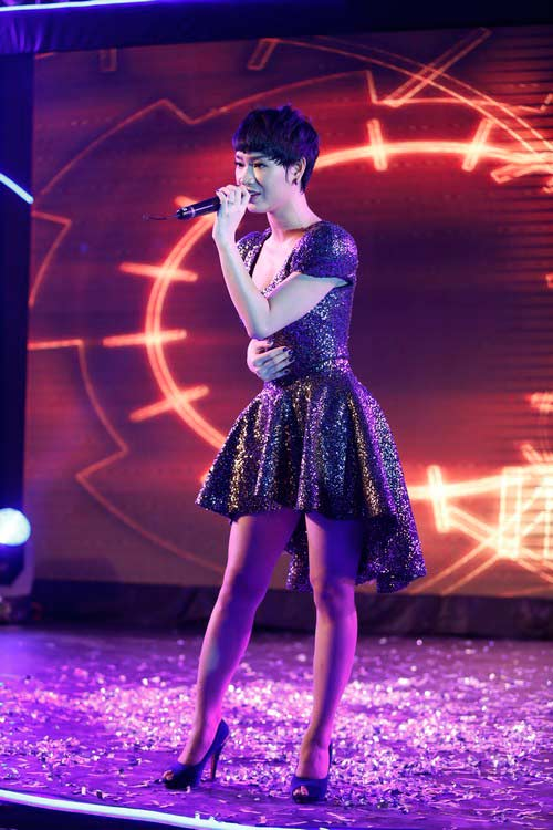 "tra my idol khoe nguc day ben ""phi hanh gia"" - 10"