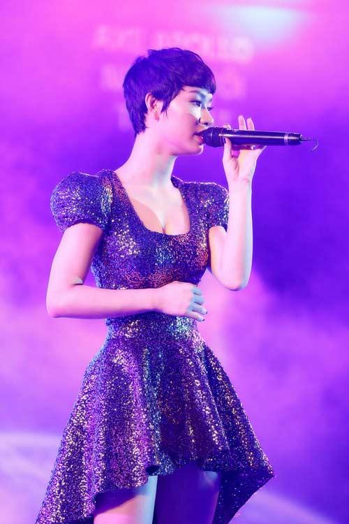 "tra my idol khoe nguc day ben ""phi hanh gia"" - 11"