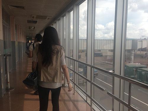 "HH Diệu Hân ""hồn nhiên"" ăn kem ở sân bay - 1"