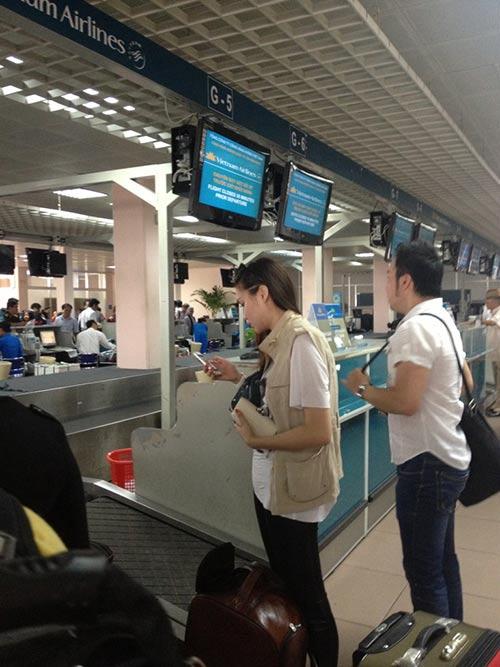 "HH Diệu Hân ""hồn nhiên"" ăn kem ở sân bay - 5"