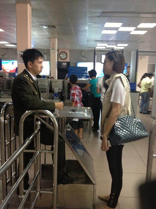 "HH Diệu Hân ""hồn nhiên"" ăn kem ở sân bay - 3"