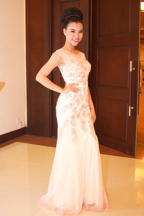 Á hậu Hoàng Oanh tỏa sáng trên sàn catwalk - 10