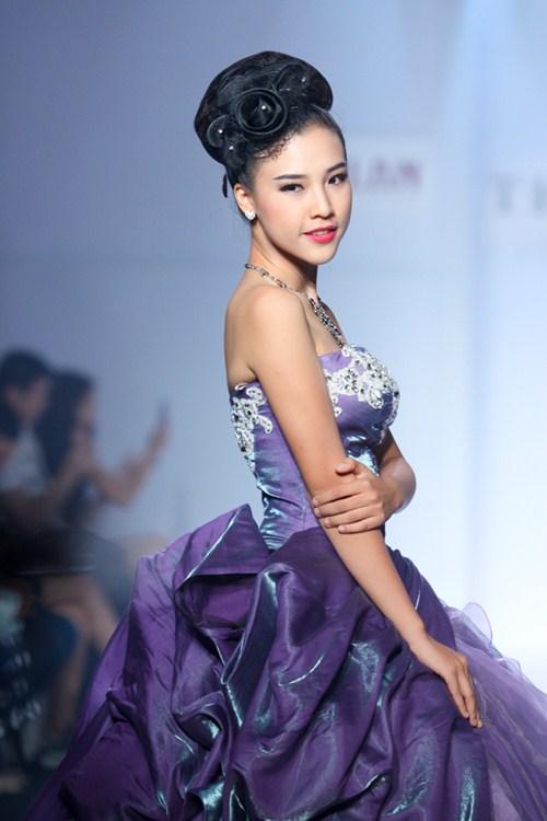 Á hậu Hoàng Oanh tỏa sáng trên sàn catwalk - 2