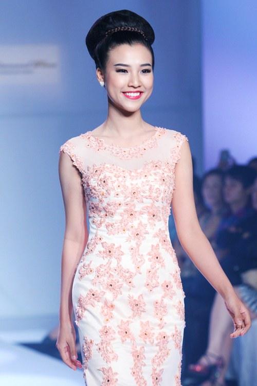 Á hậu Hoàng Oanh tỏa sáng trên sàn catwalk - 7