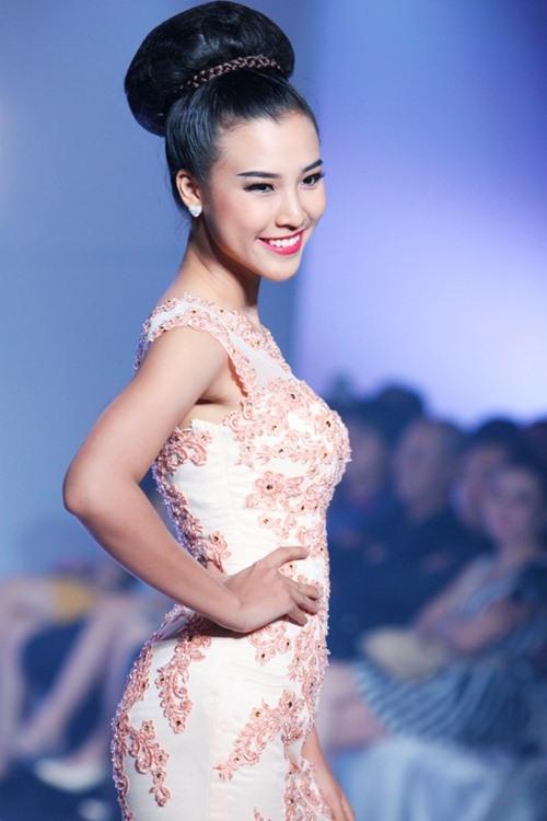Á hậu Hoàng Oanh tỏa sáng trên sàn catwalk - 8