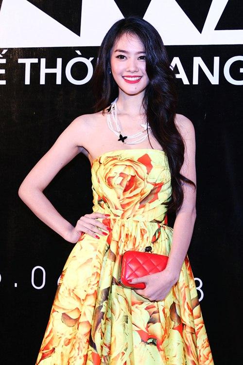 my nhan viet khoe sac tren tham do project runway - 14