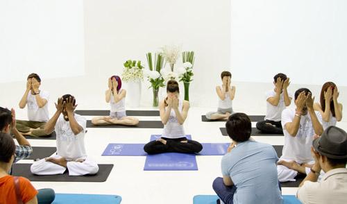 ha ho bat ngo lam co giao day yoga - 6