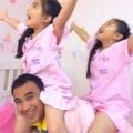 Làng sao - Quyền Linh làm ngựa cho hai con gái cưỡi