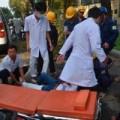 Tin tức - Tai nạn hi hữu: Cây gãy đè trúng 2 cô gái đi đường