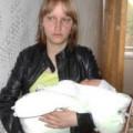 Tin tức - Mẹ bế con sơ sinh thoát 'hố tử thần' trong tích tắc
