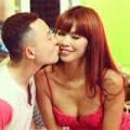 Làng sao - Trai trẻ âu yếm hôn Hà Anh