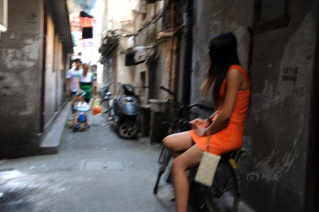 Thượng Hải là một trong những thành phố có tỷ lệ mại dâm cao nhất nhì Trung Quốc. Tuy nhiên, từ sau cuộc 'càn quét' của các lực lượng chức năng, số lượng gái mại dâm ở đây đã phải 'dạt' vào các căn ngõ nhỏ để phục vụ tầng lớp công nhân và người thu nhập thấp ở đây.Hầu hết những gái mại dâm này đều là gái mại dâm giá rẻ không được bảo kê.