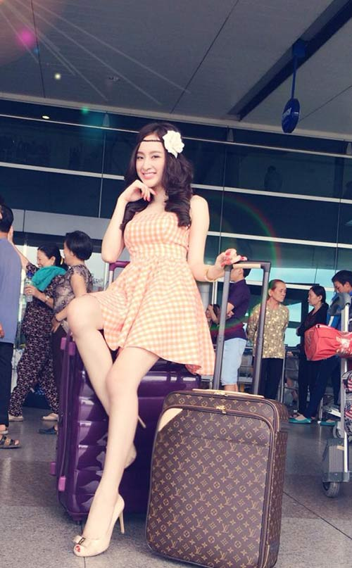 angela phuong trinh khoe chan thon dai o san bay - 2