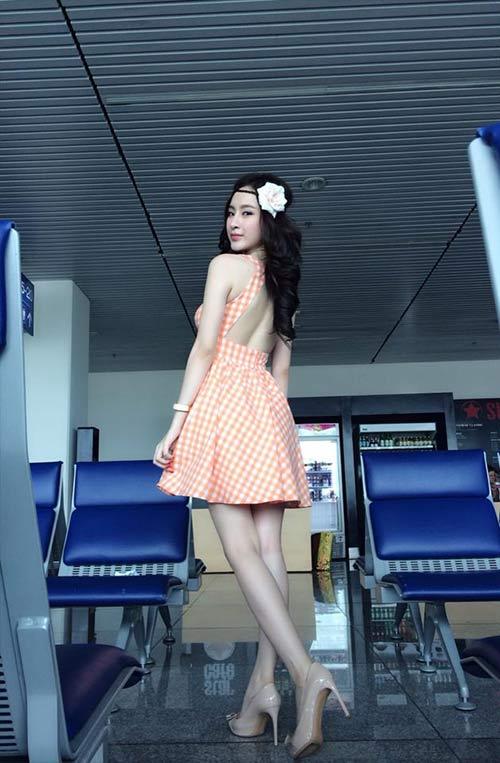 angela phuong trinh khoe chan thon dai o san bay - 1