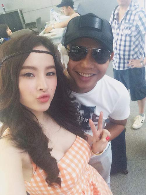 angela phuong trinh khoe chan thon dai o san bay - 4