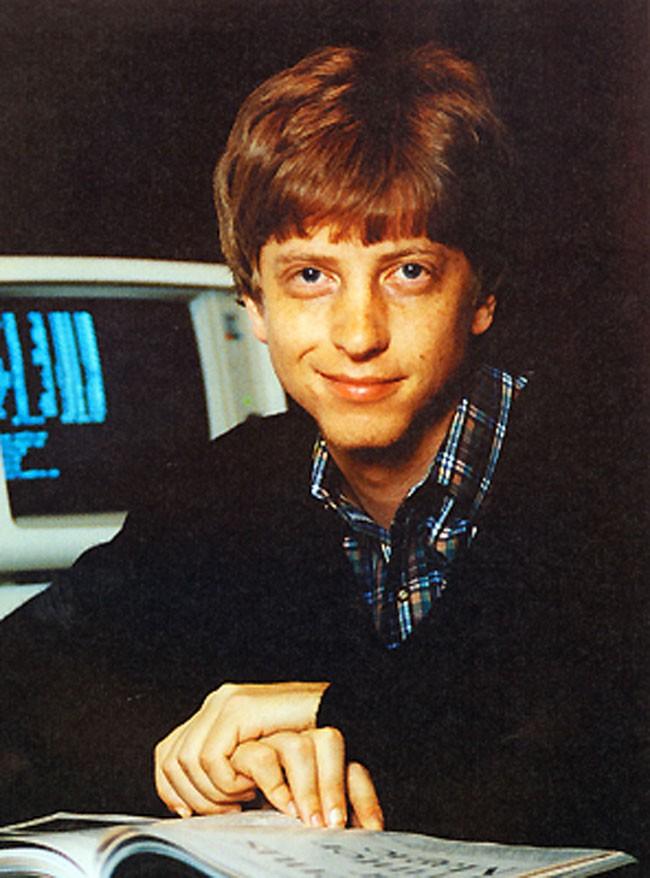 Từng mơ ước trở thành luật sư nối nghiệp gia đình, nhưng cuộc đời Bill Gates nhanh chóng rẽ sang một hướng khác, khi được cha mẹ mua tặng một chiếc máy tính vào năm 13 tuổi. Tài năng và niềm đam mê công nghệ đã giúp Bill Gates viết thành công phần mềm công nghệ nổi tiếng lấy tên Microsoft, trở thành cộng sự của IBM sau khi từ bỏ đại học Harvard khi đang là sinh viên của trường