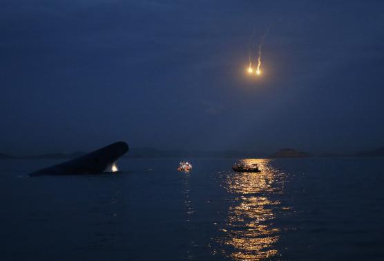 Trắng đêm tìm kiếm nạn nhân vụ chìm phà Hàn Quốc - 1