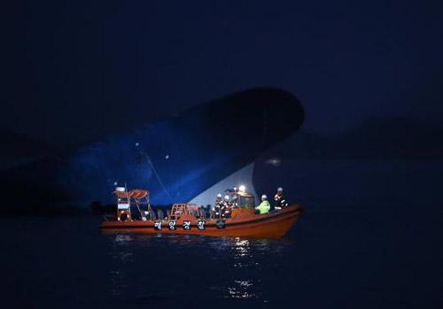 Trắng đêm tìm kiếm nạn nhân vụ chìm phà Hàn Quốc - 9