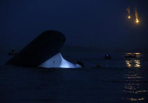 Trắng đêm tìm kiếm nạn nhân vụ chìm phà Hàn Quốc - 10