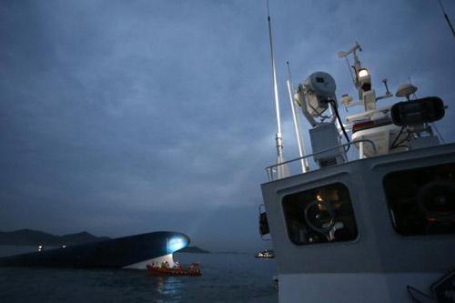 Trắng đêm tìm kiếm nạn nhân vụ chìm phà Hàn Quốc - 11