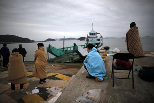 Trắng đêm tìm kiếm nạn nhân vụ chìm phà Hàn Quốc - 2