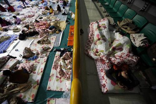 Trắng đêm tìm kiếm nạn nhân vụ chìm phà Hàn Quốc - 3