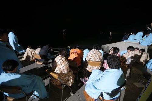 Trắng đêm tìm kiếm nạn nhân vụ chìm phà Hàn Quốc - 5
