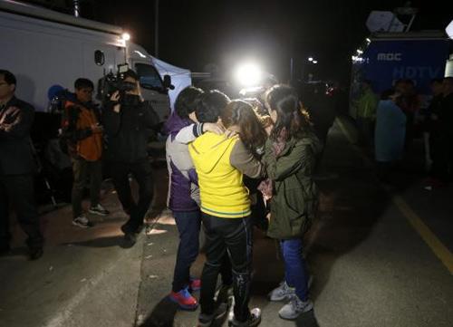 Trắng đêm tìm kiếm nạn nhân vụ chìm phà Hàn Quốc - 6