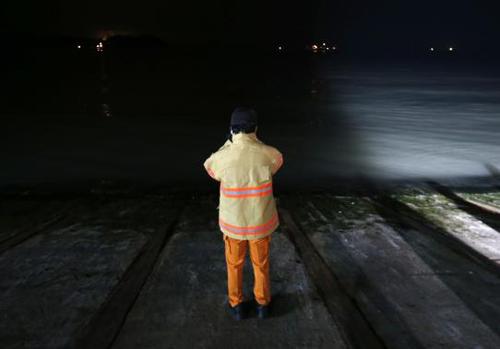 Trắng đêm tìm kiếm nạn nhân vụ chìm phà Hàn Quốc - 7