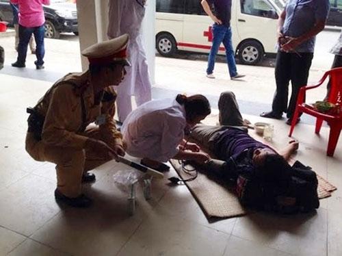 Hà Nội: CSGT cứu nam thanh niên ngất vì đói-1