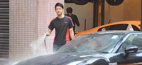 Nam vương Hongkong rửa xe ngoài đường-1