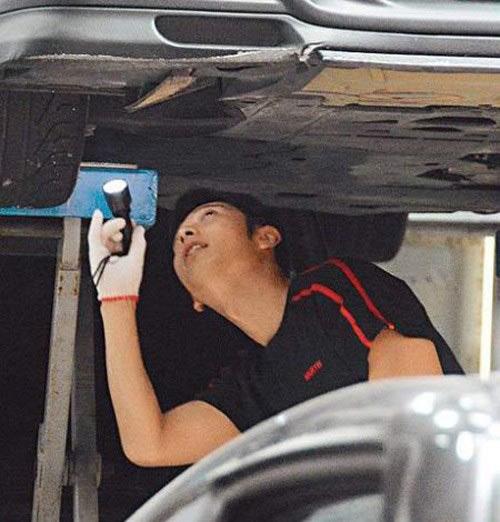 Nam vương Hongkong rửa xe ngoài đường-2